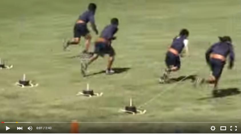 Entrenamiento de la fuerza muscular con aparatos en el campo.